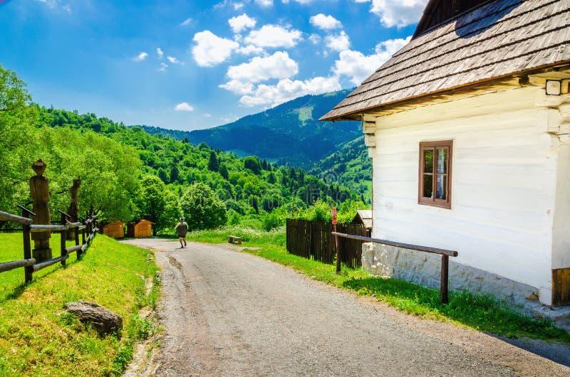 木白色小屋在村庄,东欧 免版税库存照片