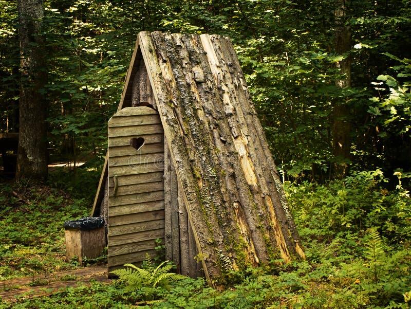 木的洗手间 免版税库存照片