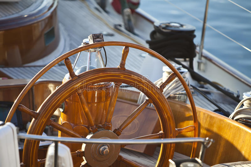木的船舵 免版税库存照片