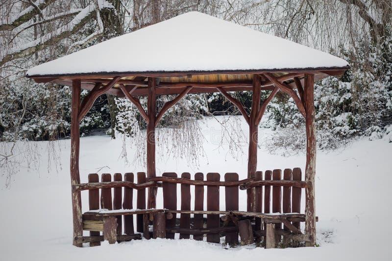 木眺望台在森林为室外休闲意欲 美妙的本质 休闲旅游者的地方 免版税库存图片