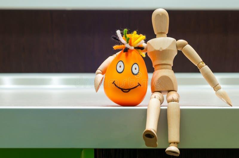 木矮小的人拥抱有微笑的橙色头 免版税库存图片