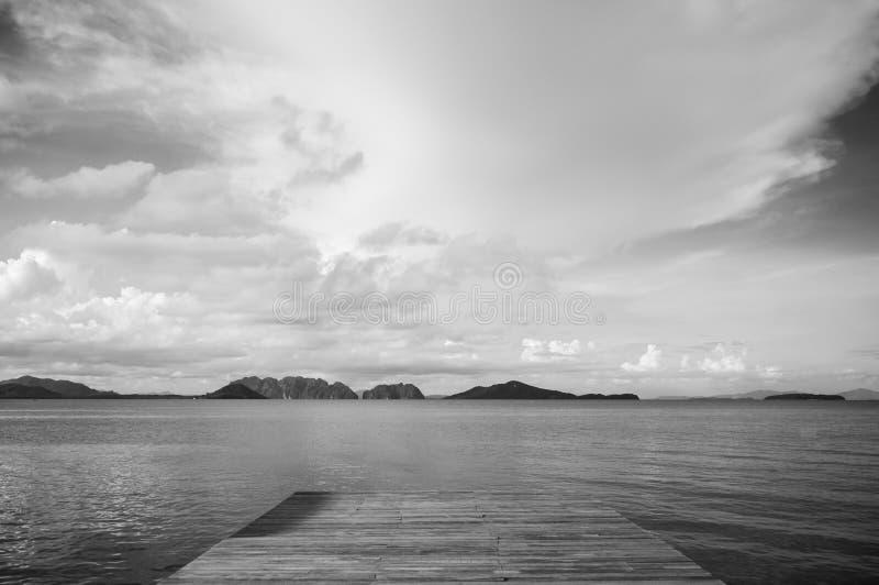 木码头和镇静安达曼海海岛视图在酸值lanta,甲米府,泰国 免版税库存图片