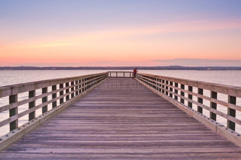 木码头的日落 免版税库存图片