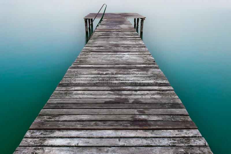 木码头或跳船在湖 免版税库存图片