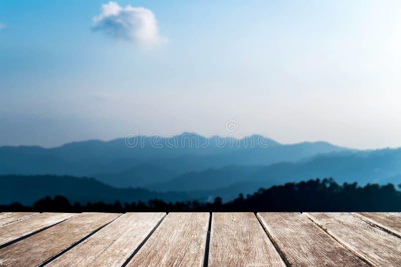 木码头有de focus山景 免版税库存照片