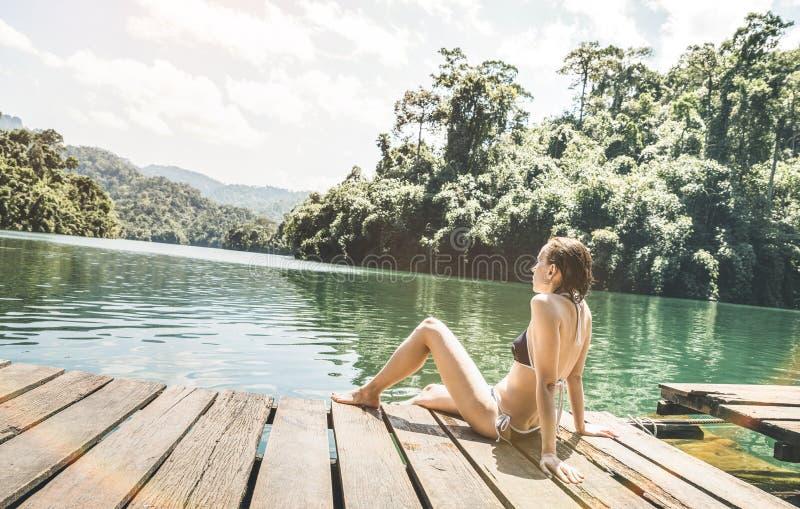 木码头船坞的少妇旅客在Cheow Lan湖 免版税图库摄影
