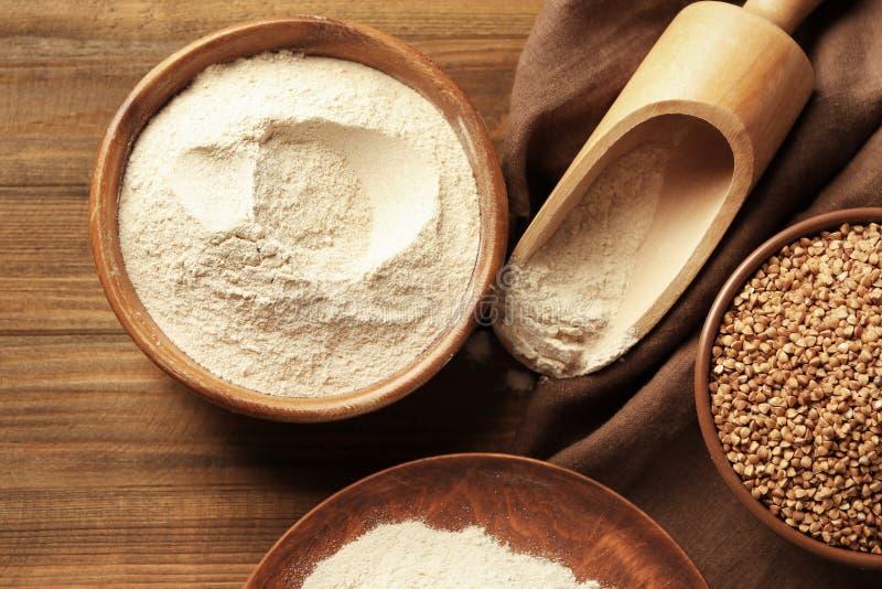 木碗和瓢用荞麦面粉 库存照片