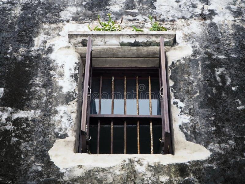 木窗口和老墙壁 库存图片