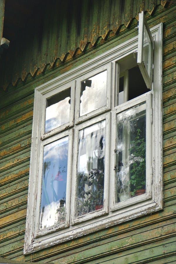 木窗口在老传统房子里 免版税库存图片