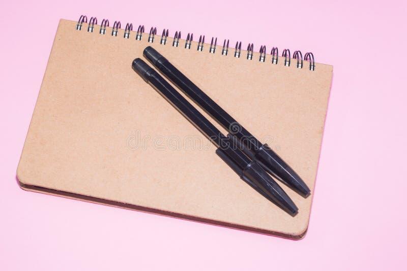 木笔记薄和黑笔 免版税库存图片