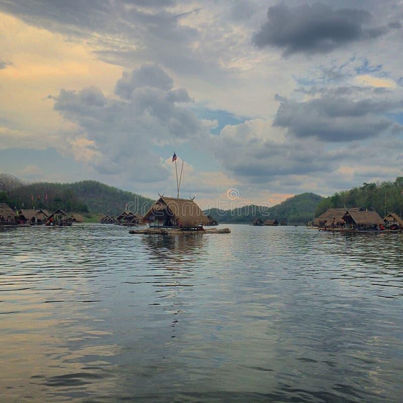 木筏在湖 免版税库存图片