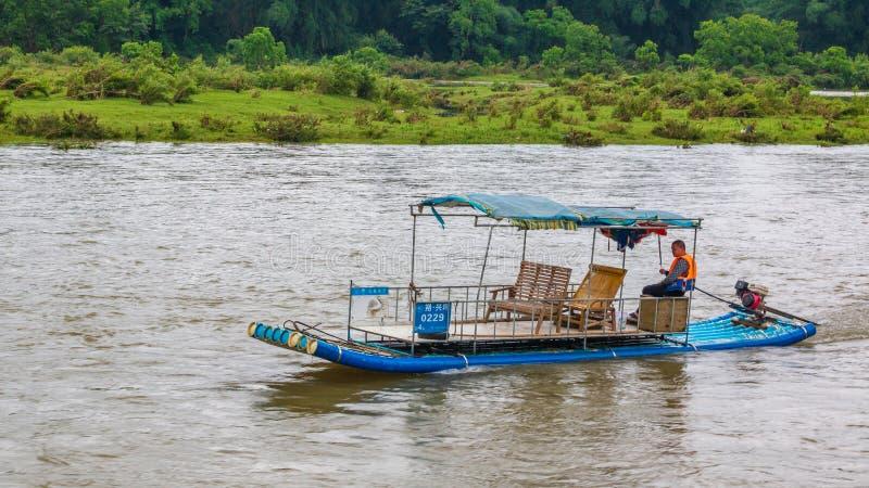 木筏的人穿过李河 免版税库存照片
