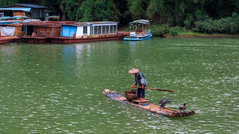 木筏的老人穿过李河 图库摄影