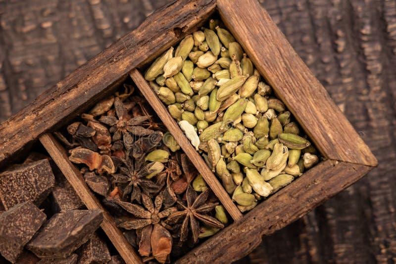 木箱顶视图用各种各样的香料 免版税图库摄影