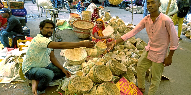 木篮摊贩在街上给顾客送东西 库存照片