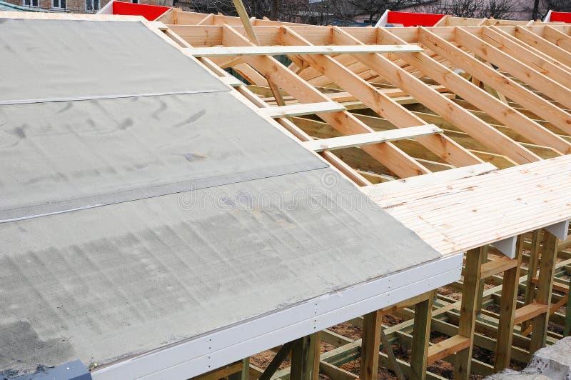 木粱的设施在建筑的房子的屋顶捆系统 下建筑屋顶 防水的屋顶 库存图片