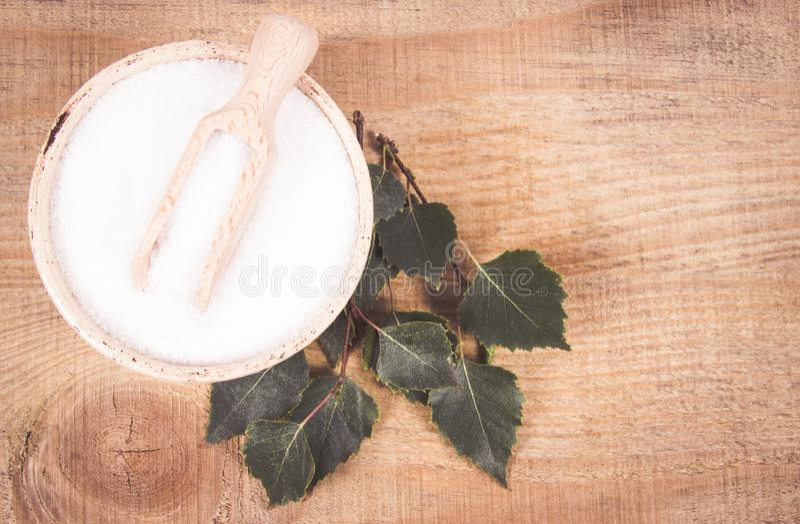 木糖醇-糖替补 在木背景的桦树糖 免版税图库摄影
