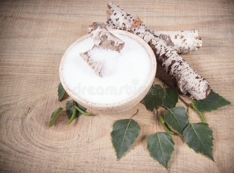 木糖醇-糖替补 在木背景的桦树糖 免版税库存照片
