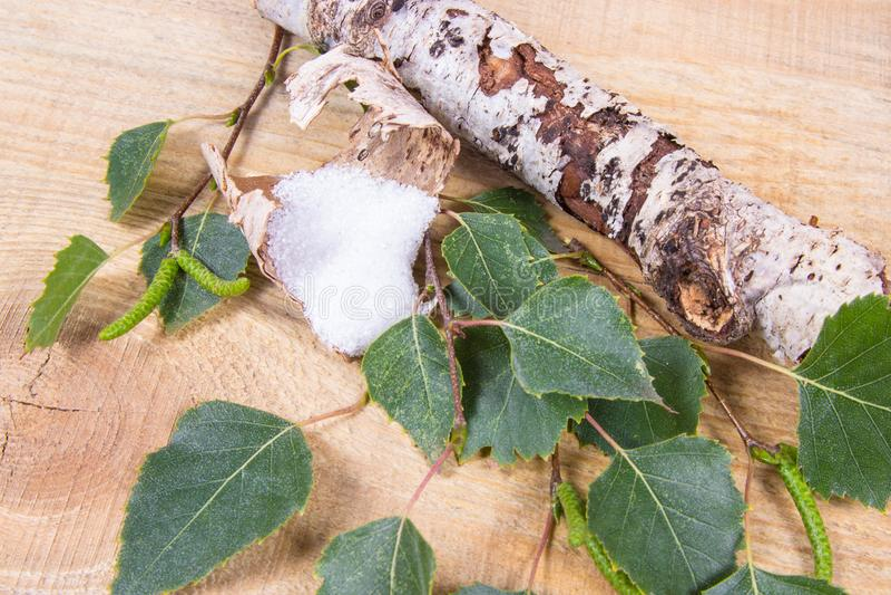 木糖醇-糖替补 在木背景的桦树糖 免版税库存图片