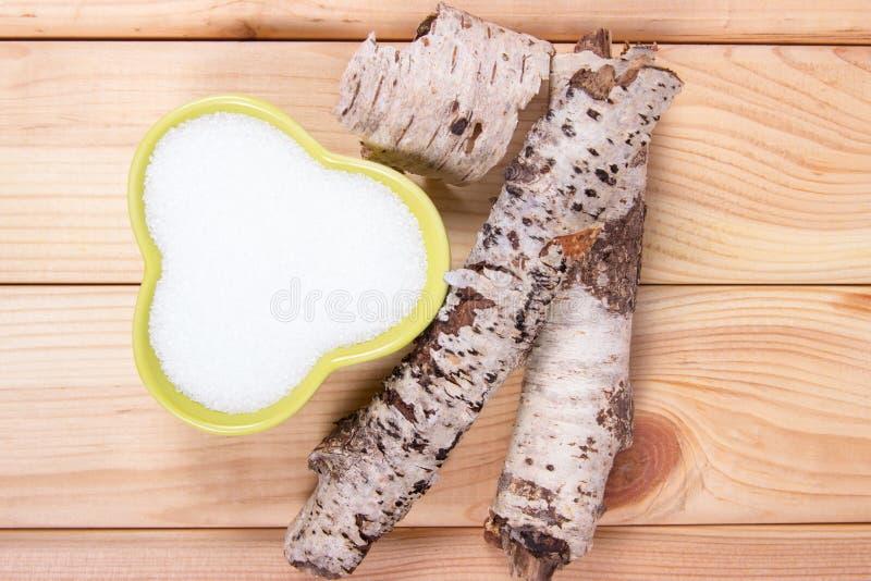 木糖醇-糖替补 在木背景的桦树糖 库存图片