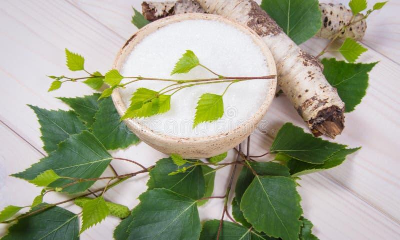 木糖醇-糖替补 在白色木背景的桦树糖 免版税库存照片