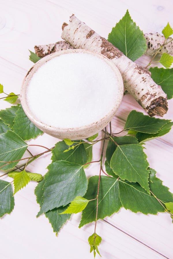 木糖醇-糖替补 在白色木背景的桦树糖 免版税图库摄影