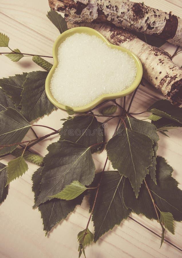 木糖醇-糖替补 在白色木背景的桦树糖 库存照片