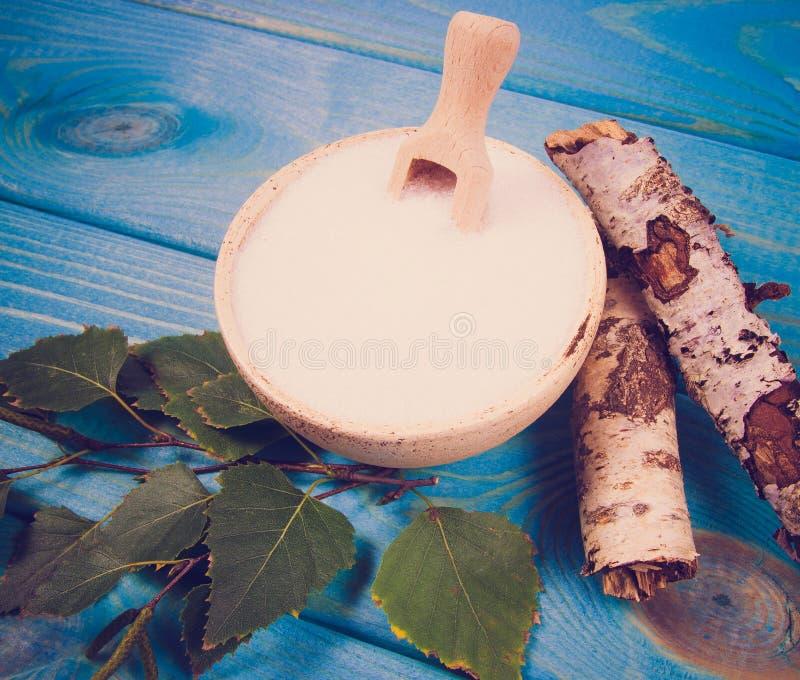 木糖醇-糖替补 在蓝色木背景的桦树糖 免版税库存照片