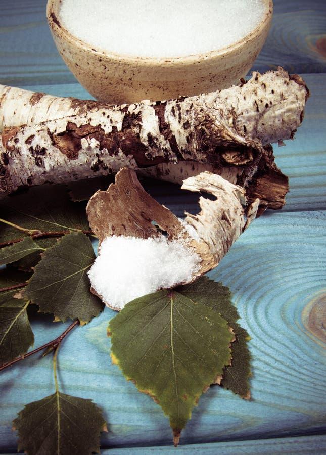 木糖醇-糖替补 在蓝色木背景的桦树糖 免版税图库摄影