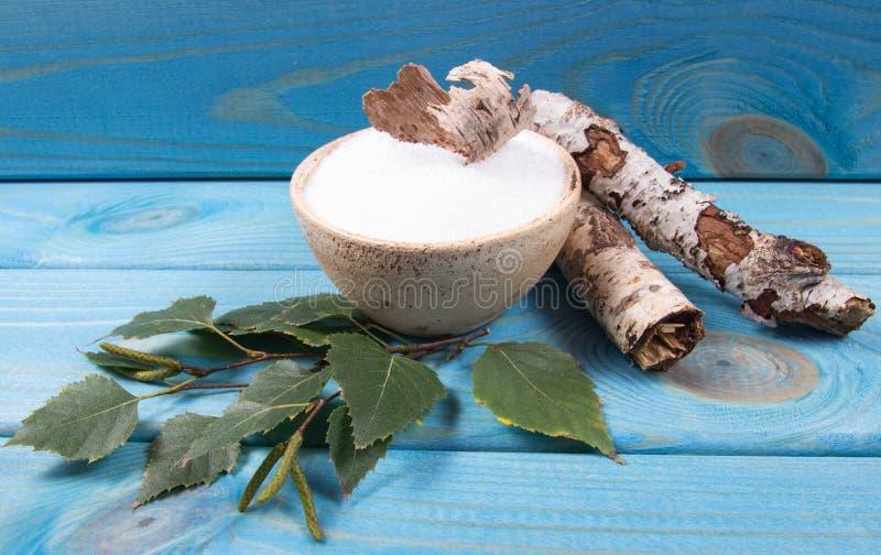 木糖醇-糖替补 在蓝色木背景的桦树糖 免版税库存图片