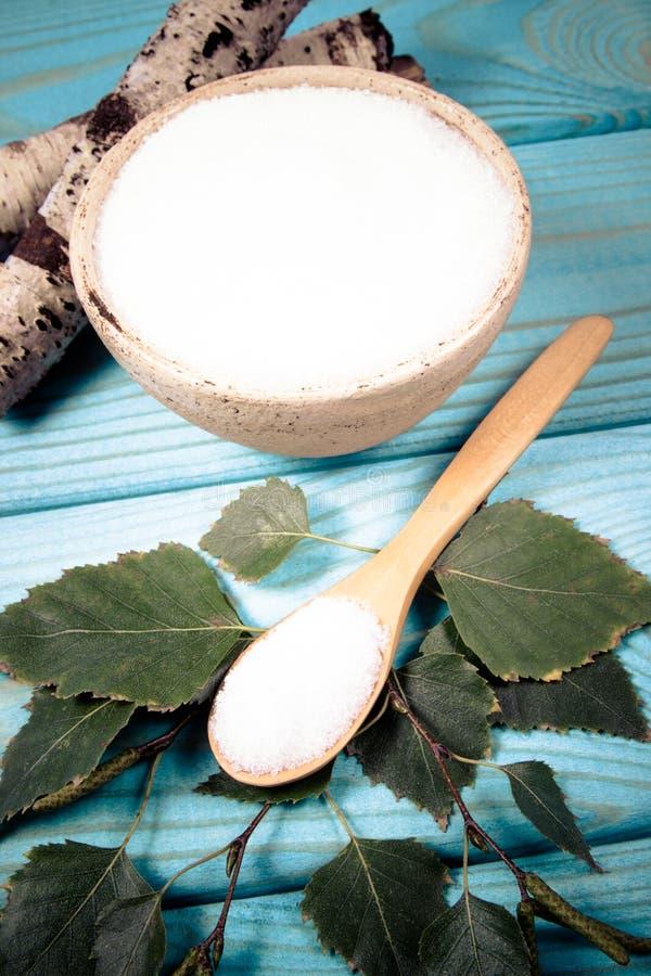 木糖醇-糖替补 在蓝色木背景的桦树糖 库存图片