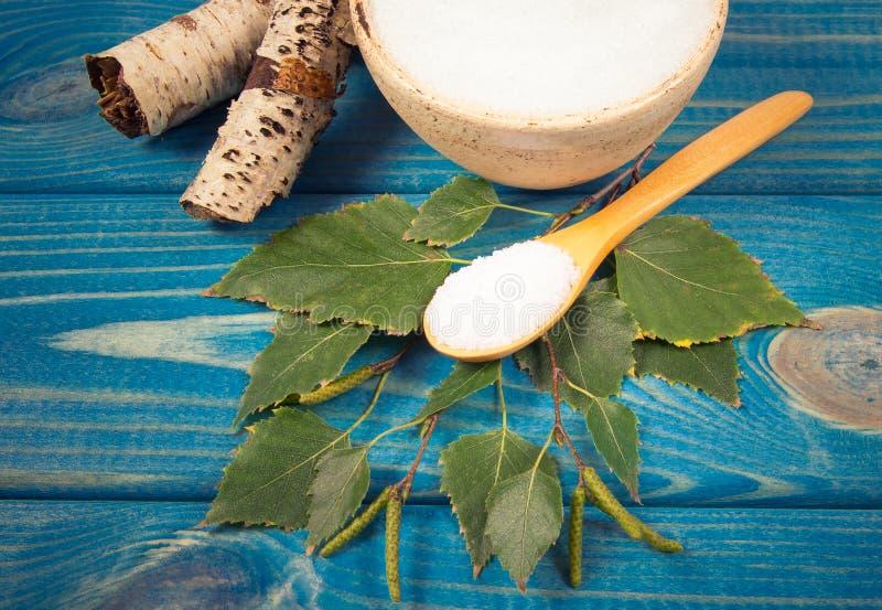 木糖醇-糖替补 在蓝色木背景的桦树糖 库存照片
