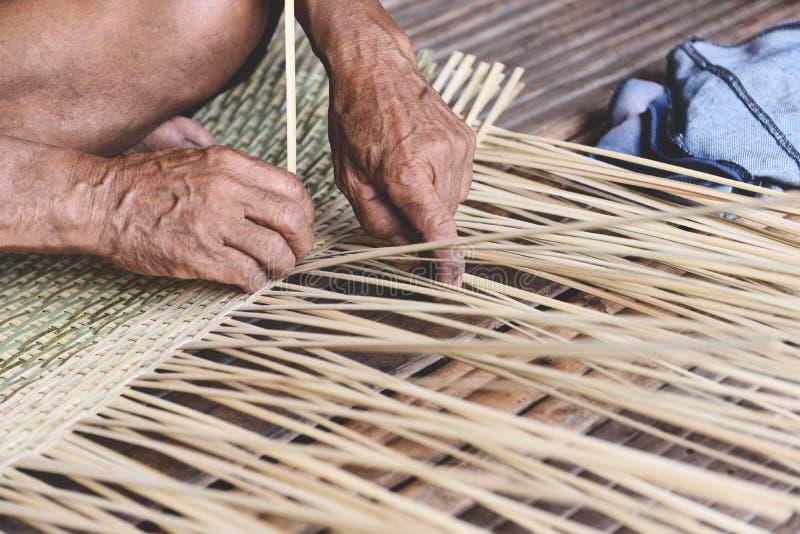 木编织的竹的篮子-老自然产品的老人手运作的工艺手工制造篮子在亚洲 库存图片