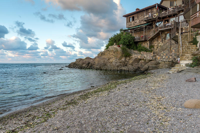 木老房子和小海滩在索佐波尔镇,保加利亚 免版税图库摄影
