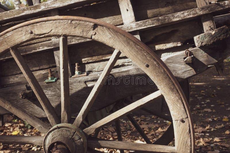 木老的马车车轮 免版税图库摄影