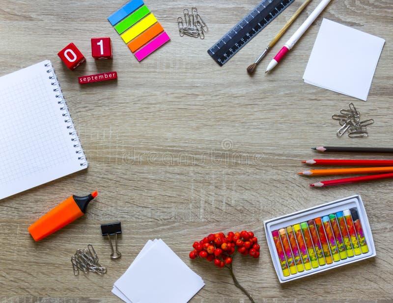 木背景文具笔记本铅笔ashberry秋天日历求拷贝空间的立方 免版税库存照片