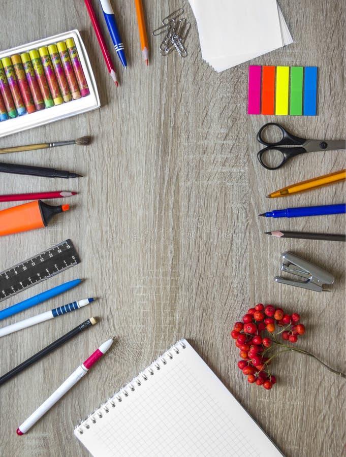 木背景文具笔记本铅笔ashberry秋天日历求拷贝空间的立方 库存照片