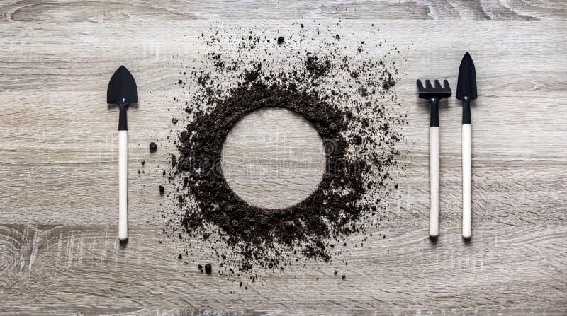 木背景概念地球堆了圈子圆盘匙子桨叉子犁耙刀子设置纹理着陆 免版税库存照片