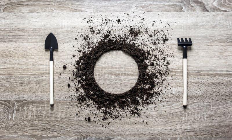 木背景概念地球堆了圈子圆盘匙子桨叉子犁耙设置纹理着陆 库存照片