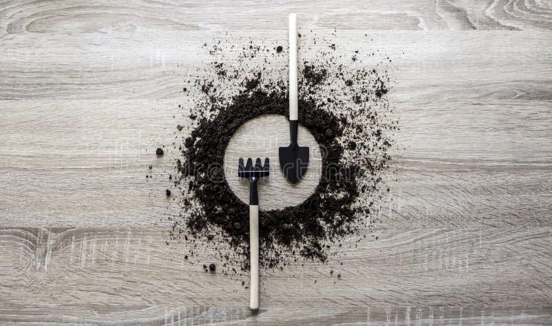 木背景概念地球堆了圈子圆盘犁耙叉子锹刀子种植中心弹簧的匙子纹理 库存图片