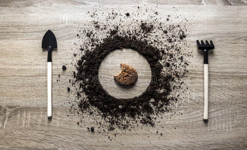 木背景概念地球堆了圈子圆盘犁耙叉子锹种植中心麦甜饼谷物弹簧的刀子纹理 图库摄影