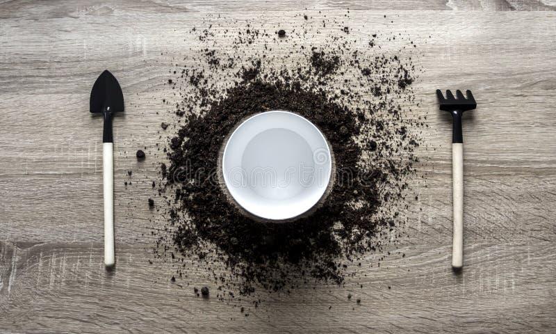 木背景概念地球堆了种植中心弹簧的圈子圆盘犁耙叉子锹白色罐刀子匙子纹理 库存照片