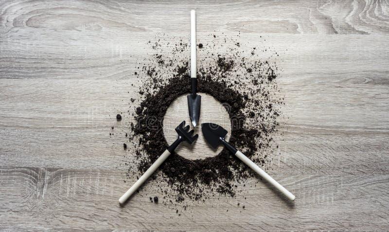 木背景概念地球报道了圈子盘犁耙叉子肩胛骨种植中心弹簧的刀子纹理 免版税库存照片