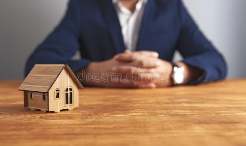 木背景的商人房子 库存照片