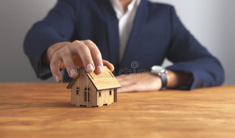 木背景的商人房子 图库摄影