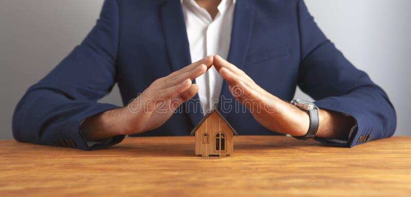 木背景的商人房子 免版税图库摄影