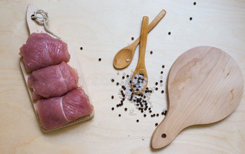 木背景的土耳其用调味品和两把木匙子 免版税图库摄影