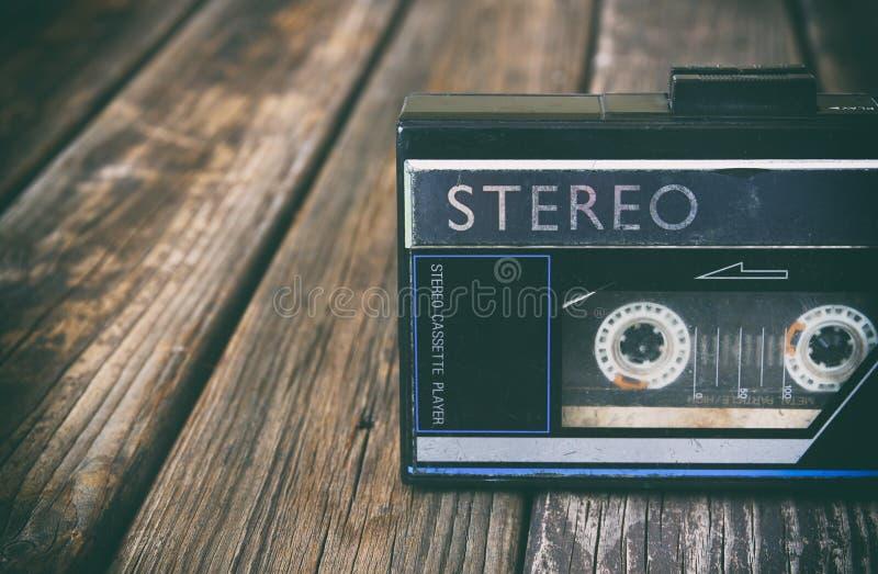 木背景的老便携式的卡式磁带播放机 图象是被过滤的instagram样式 免版税图库摄影