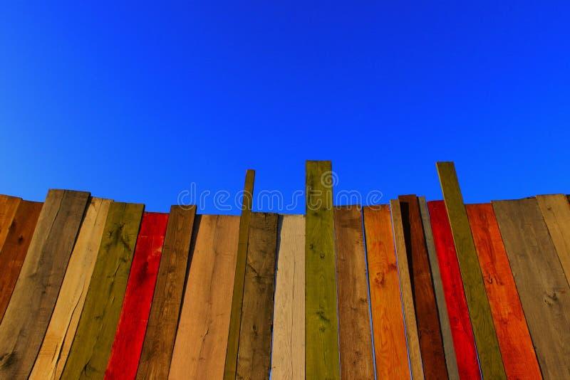 木背景 多彩多姿的木墙壁和蓝天 库存图片