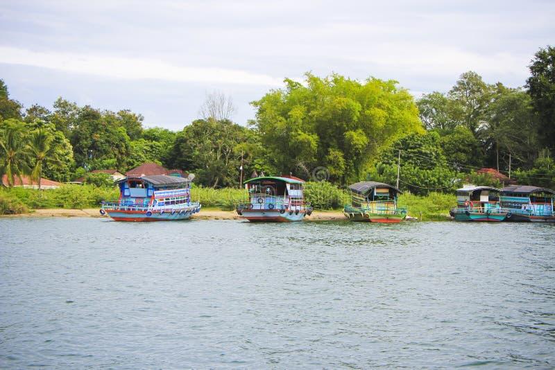 木船在湖户田口岸倾斜  免版税库存照片